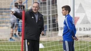 Víctor charla con Soro en un entrenamiento.