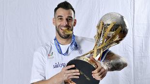 Álvaro Negredo (34) posa con la Copa de la Liga de Emiratos Árabes.