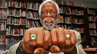 Bill Russell muestra a MARCA dos de los 11 anillos de c ampeón que...