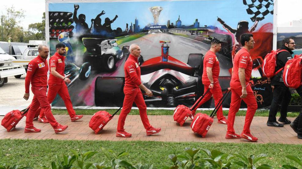 Ferrari, saliendo del circuito de Melbourne tras la cancelación.