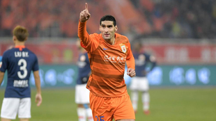 Fellaini celebra un gol con el Shandong Luneng