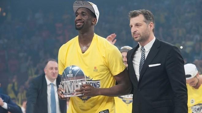 Ekpe Udoh posa con el premio al MVP de la Final Four de la Euroliga de...