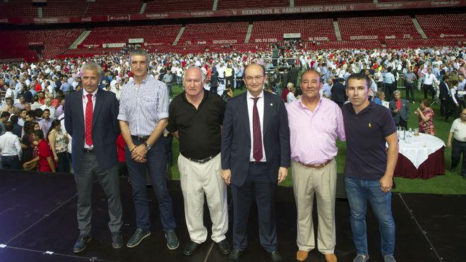Manolo Cardo y Curro Sanjosé, junto al presidente Castro.