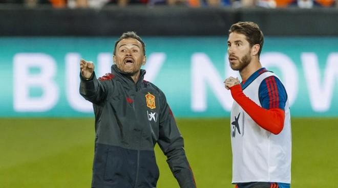 Luis Enrique da instrucciones a Sergio Ramos en la previa del Croacia-España.