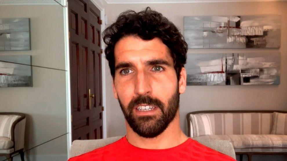 Raúl García atiende desde el salón de su casa.