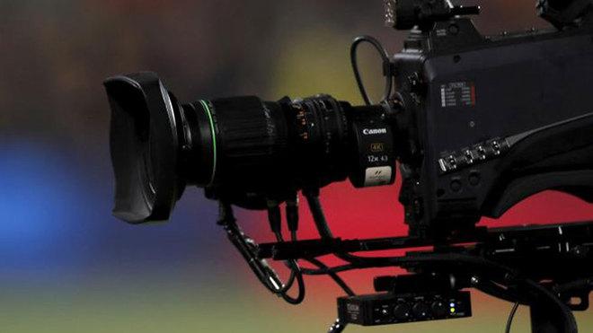 Una cámara de televisión en un partido de fútbol.