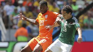 Wijnaldum vs Guardado en el Mundial de Brasil 2014.