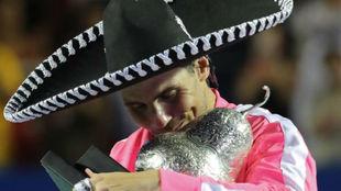 Nadal besa el trofeo de Acapulco en forma de pera