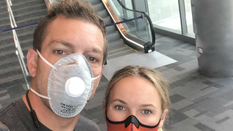 Wozniacki se protege con na máscara al lado de su marido