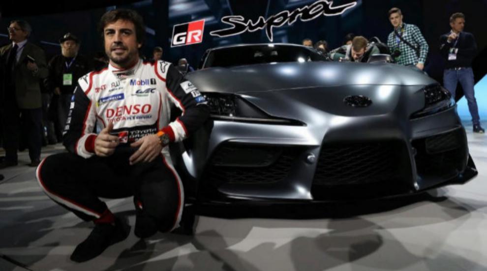 Fernando Alonso en el Salón del Automóvil de Detroit en 2019 junto...