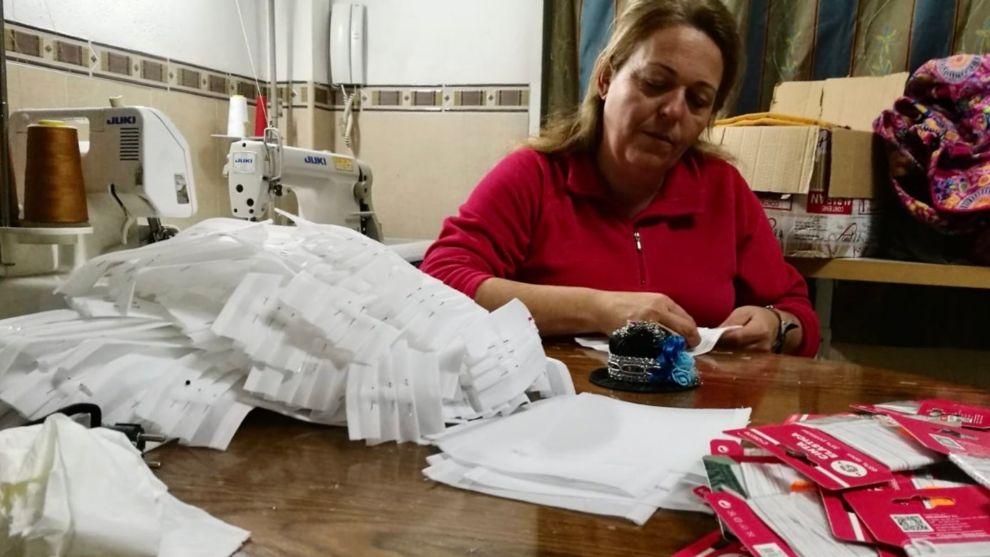 Paqui Campoy, en su domicilio particular con su máquina de coser...
