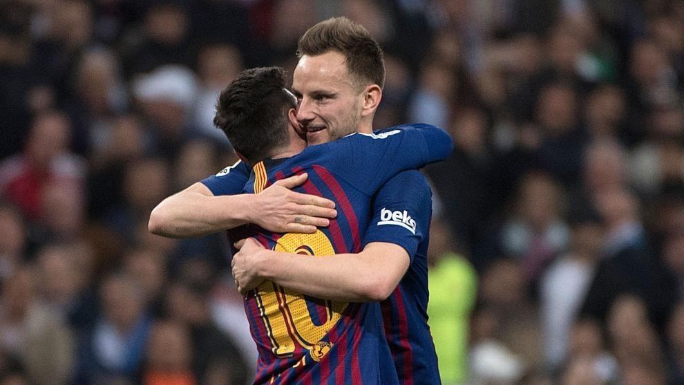 Rakitic se abraza a Messi