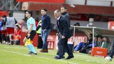 Lucas Alcaraz da instrucciones a sus jugadores en la banda de Anduva