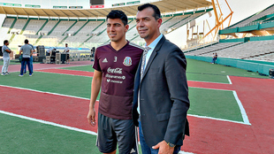 Erick Gutiérrez junto a Borgetti.