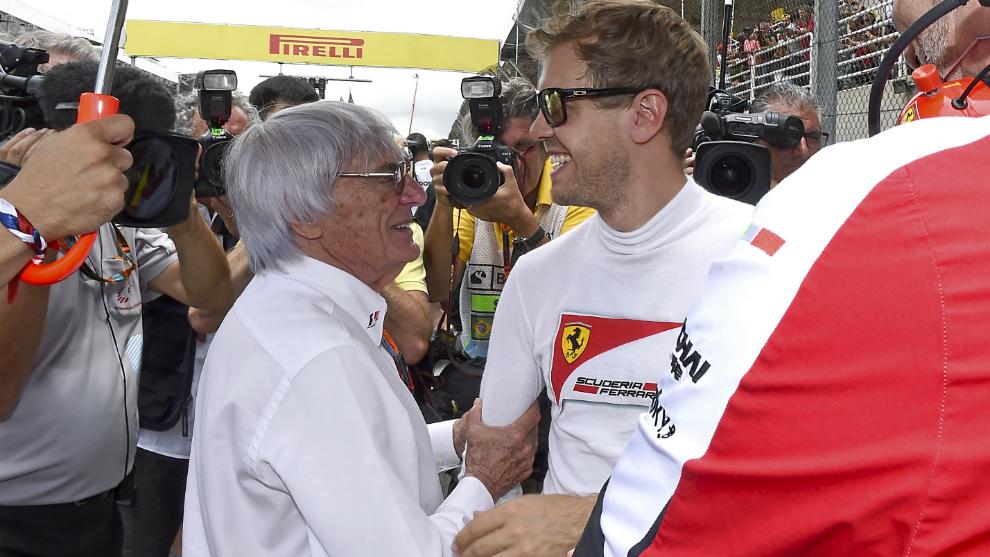 Ecclestone habla con Vettel.
