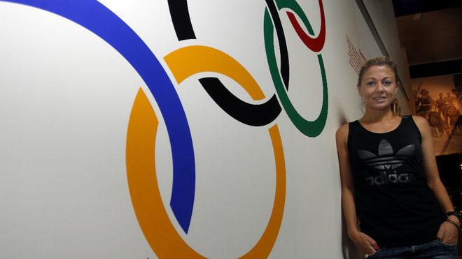 María Vasco posa delante de los aros olímpicos