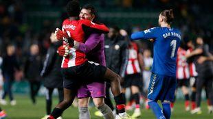 Herrerín recibe el abrazo de Williams tras la tanda de penaltis...