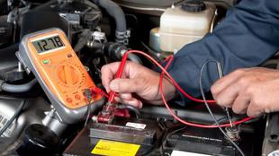 La batería nunca debe estar por debajo de los 12,1 voltios para...