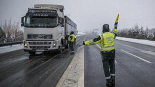 Agentes de la Guardia Civil paran a un camionero durante un temporal...