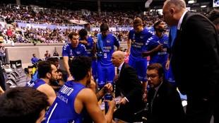 Los jugadores del San Pablo Burgos reciben las instrucciones de su...