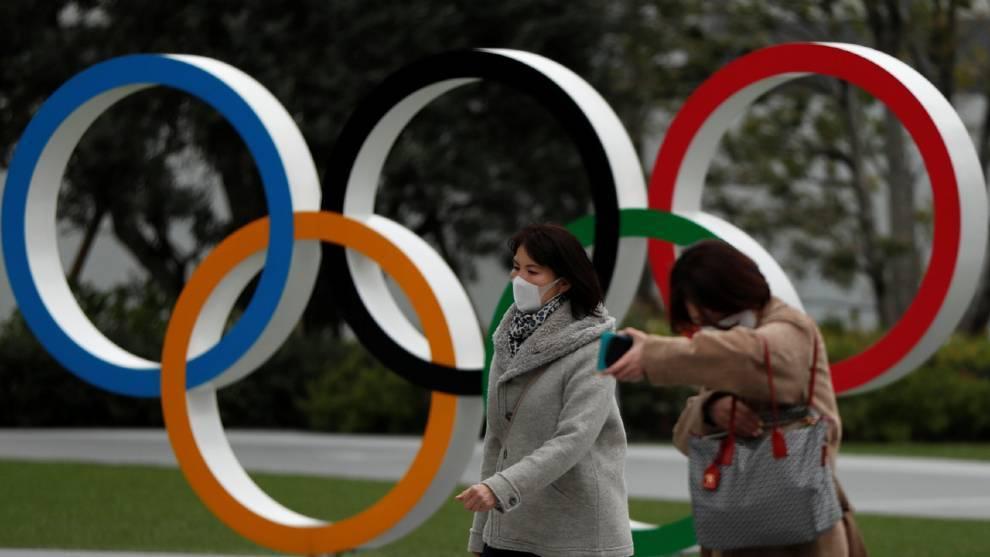Dos mujeres pasan junto a los aros olímpicos en Tokyo /
