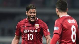 Hulk y Oscar celebran un gol con el Shanghai SIPG