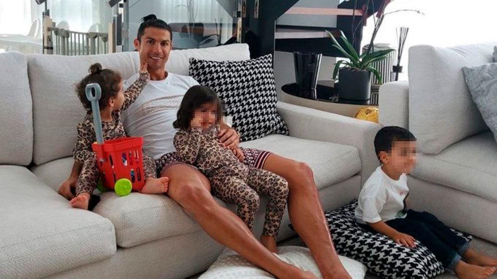 Cristiano Ronaldo posa juntos a sus hijos en su casa.