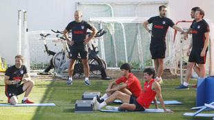 Savic y Joao Félix durante un entrenamiento junto a varios ayudantes...