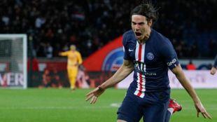 Edinson Cavani celebra un gol contra el Lyon.