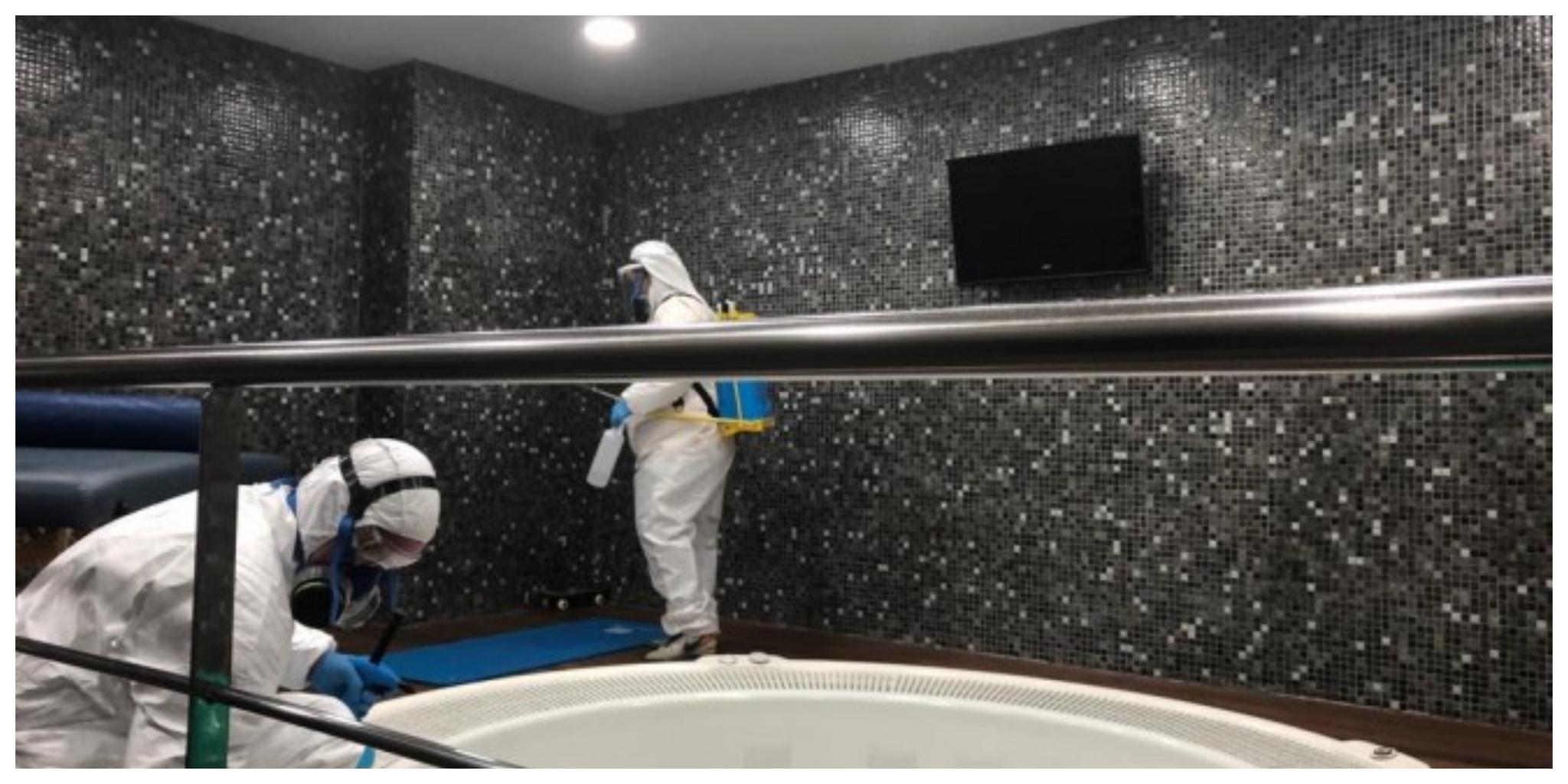 Operarios limpiando y desinfectando los vstuarios de La Rosaleda
