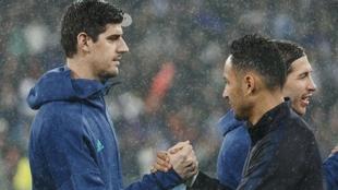 Courtois y Keylor se saludan durante uno de los Madrid-PSG de la...
