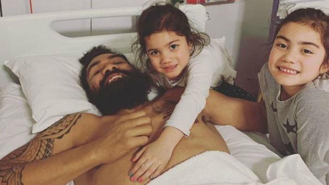 Mose Masoe, en el hospital, acompañado por sus hijas.