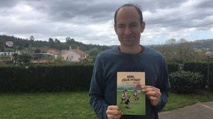 Xabi Rodríguez, inventor del juego, sujeta un ejemplar del libro:...