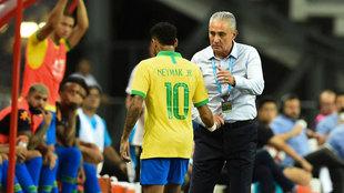 Neymar saluda a Tite tras ser sustituido en un partido de Brasil.