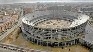 Imagen del nuevo Mestalla, a medio construir.