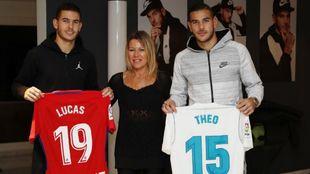 Lucas y Theo posan junto a su madre, Laurence, en un reportaje previo...