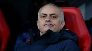 José Mourinho, con gesto resignado, tras caer ante el RB Leipzig.
