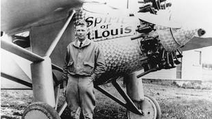 Charles Lindbergh, junto al 'Espíritu de San Luis'.