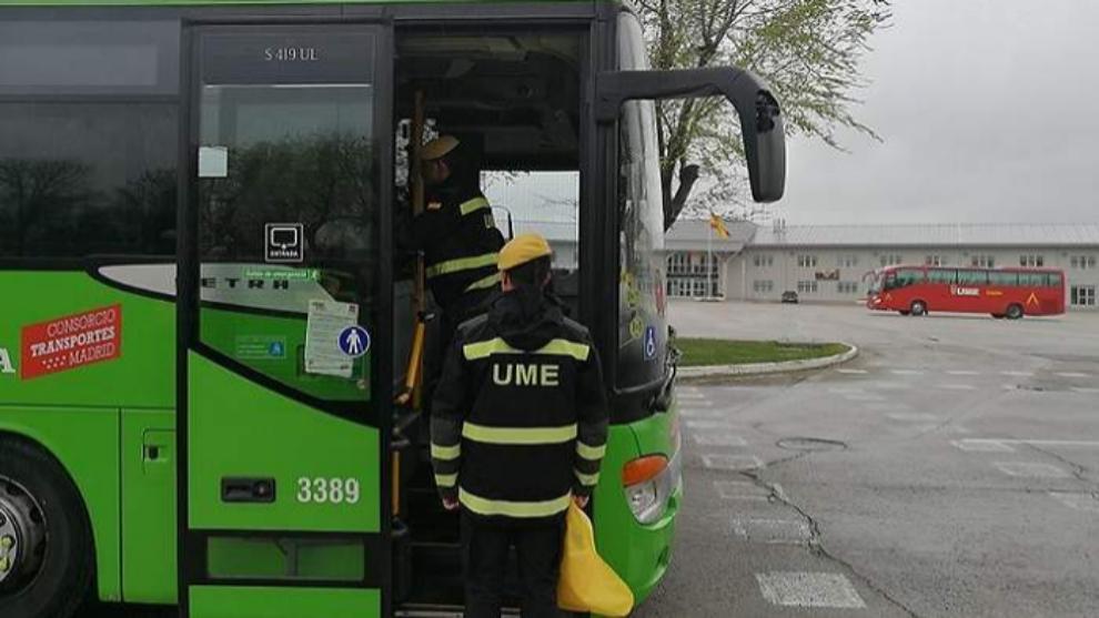 Un militar de la UME, ante uno de los buses de Alsa en la Comunidad de...
