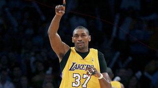 Metta World Peace con la camiseta de los Lakers