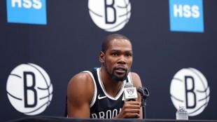 Kevin Durant, estrella de los Nets, en una rueda de prensa.