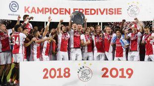 Los jugadores del Ajax, con el título de la Eredivisie 2018-19.
