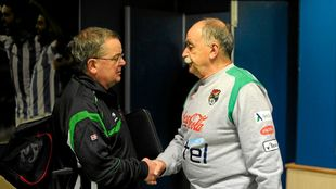 Azkargorta saluda al también técnico guipuzcoano Mikel Etxarri, en...