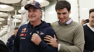 Sainz padre, recibido por su hijo tras ganar el Dakar.