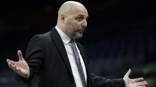 Djordjevic, protestando durante un partido de su equipo, la Virtus...