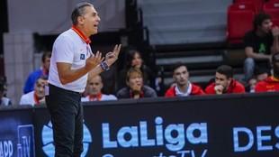 Sergio Scariolo da instrucciones a su equipo durante un partido.