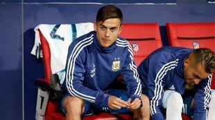 Dybala, en el banquillo durante un partido de la selección de...