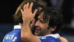 Fuchs y Raúl se abrazan en un partido de su etapa en el Schalke.