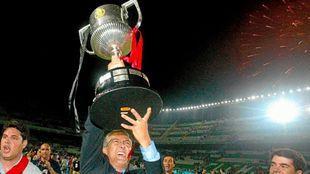Gregorio Manzano alza la Copa del Rey conquistada con el Mallorca