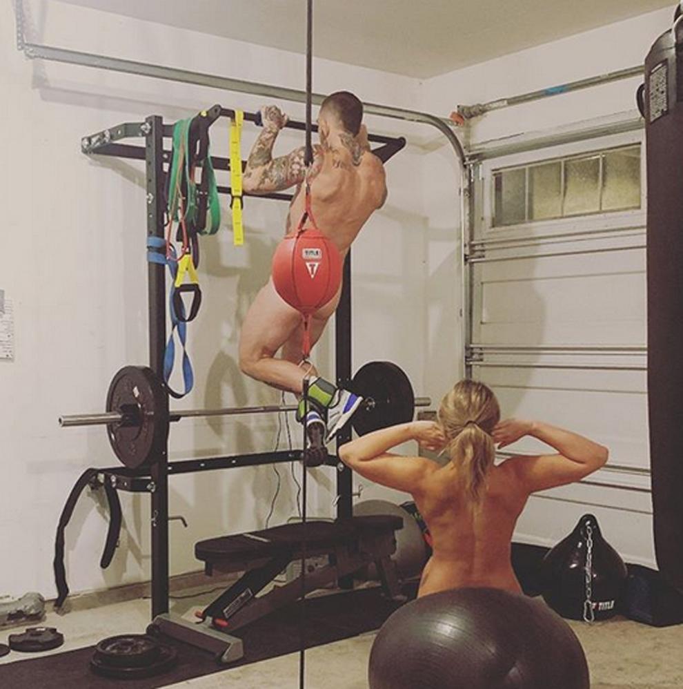 Los luchadores Paige VanZant y Austin Vanderford  entrenándose...